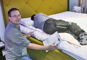 Michael Reidelshöfer beim Vermessen der Zonen im Hypes Erognem Wasserbett.