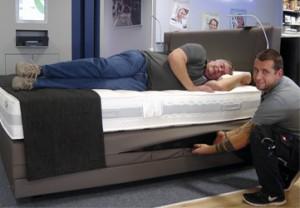 Robert Cibulka und Daniel Schröder bei der Einstellung der Schlaf-DNA in der Ergosleep Box.